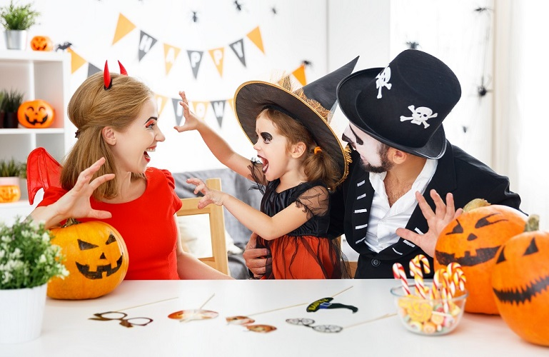 Familie_Halloween_Party_Hexe_Teufel_Day_of_the_Dead_Kost-m_Verkleidung_K-rbis_Deko